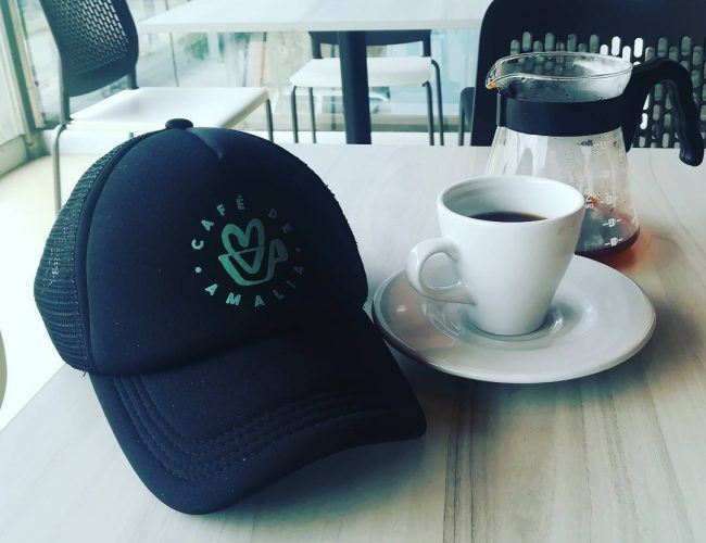 cafe con gorra